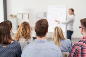 grupo de adultos en un aula