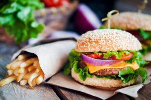hamburguesa y patatas fritas; ilustración para un estudio de mercado en el sector HoReCa en Bélgica