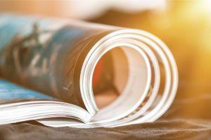 Livre ouvert sur une table