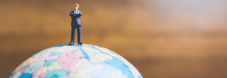 personne sur un globe symbolisant le marché étranger