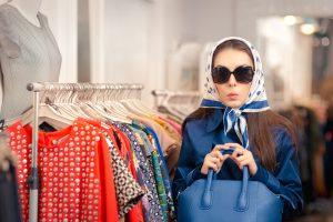enquêtrice mystere dans les rayons d'un magasin d'habillement