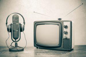 vecchio televisore e vecchio microfono