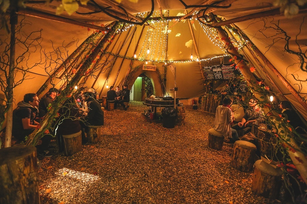 "WIGWAMBAM: ""WOODLANDIA"" pop-up bar sous le ciel étoilé"