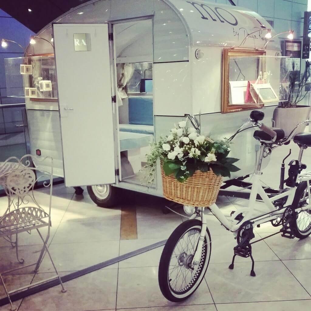 Pop-up Store « Moon » de Dana Rogoz : la caravane avec une histoire romantique