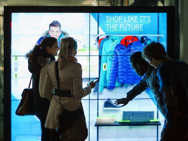 La vitrine du futur vue par Adidas : ça décoiffe !