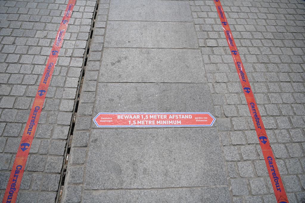 Carrefour matérialise les distances à respecter à l'extérieur du magasin, directement sur la voie publique.