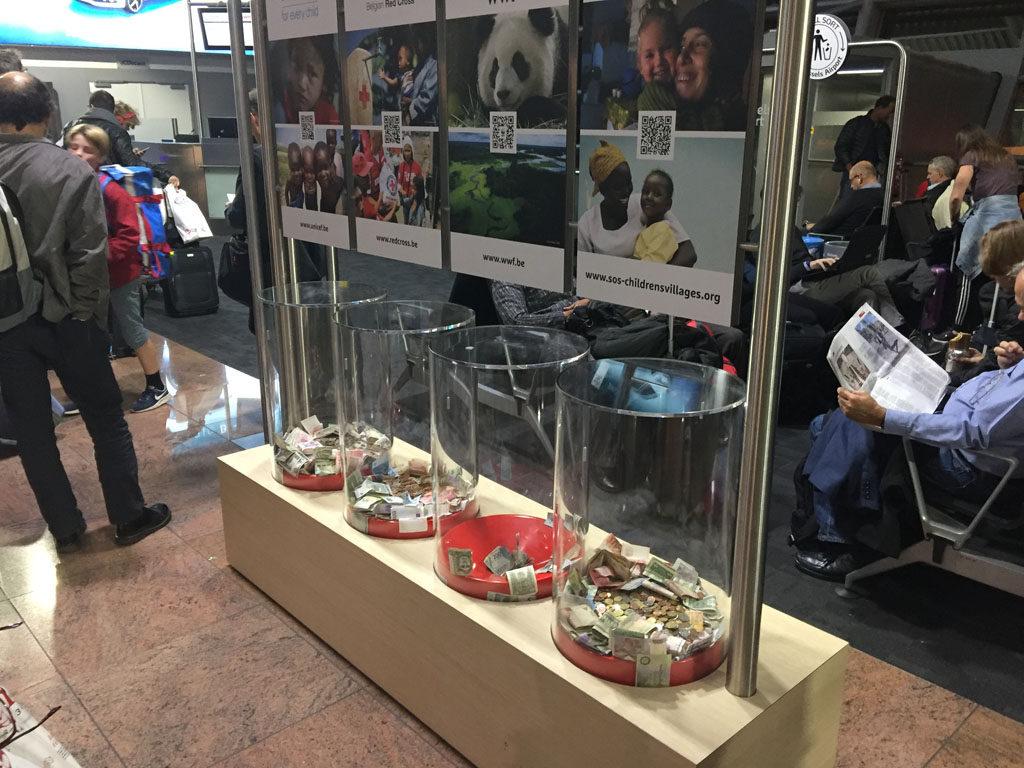 Boîtes à dons dans un aéroport ; exemple de marketing social