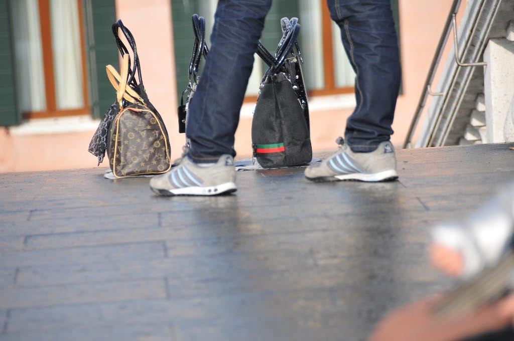sacs contrefaits vendus dans la rue par des vendeurs à la sauvette