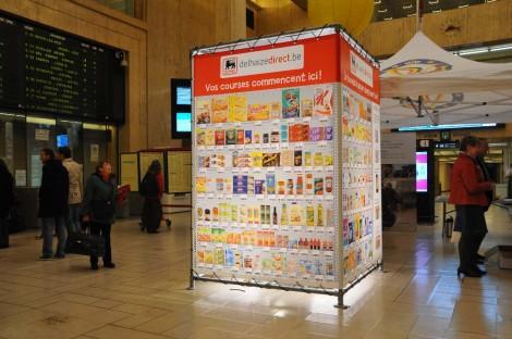 """Le dispositif """"The Cube"""" de Delhaize au moment de son installation dans la gare Centrale à Bruxelles, Belgique"""