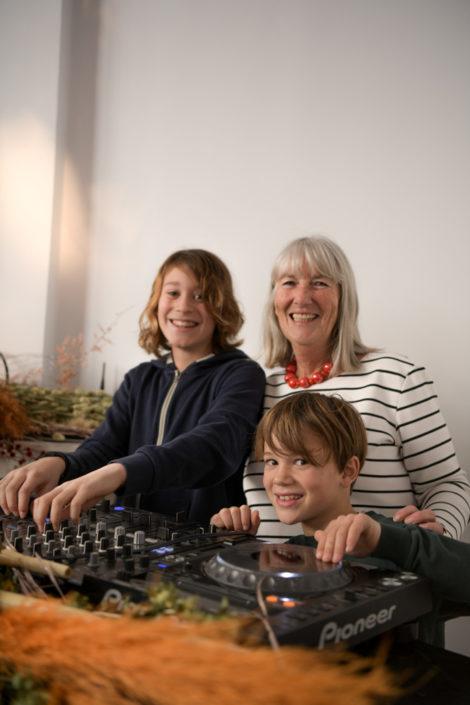 Ingrid et ses petits-enfants dans le popup store Zalando