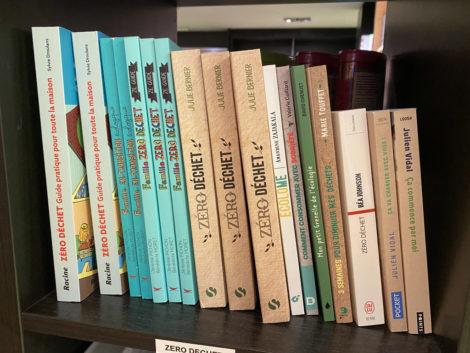 étagèrs avec livres zéro déchets