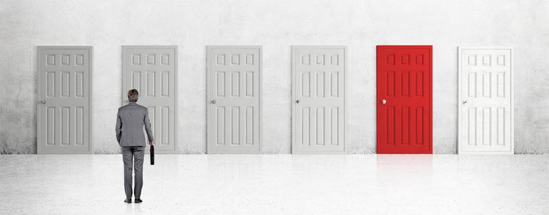 homme devant plusieurs portes dont une rouge