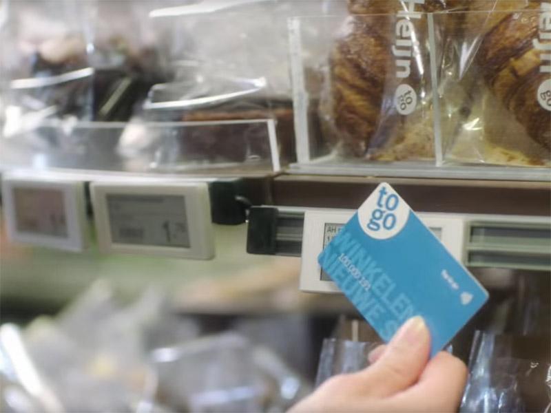 Het momenteel geteste Tap-To-Go systeem van Ahold verkort de winkeltijd doordat u niet meer langs een kassa hoeft te gaan.