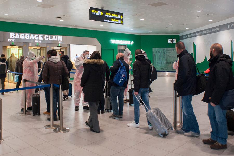 prise de température corporelle des passagers à l'aéroport de Bologne